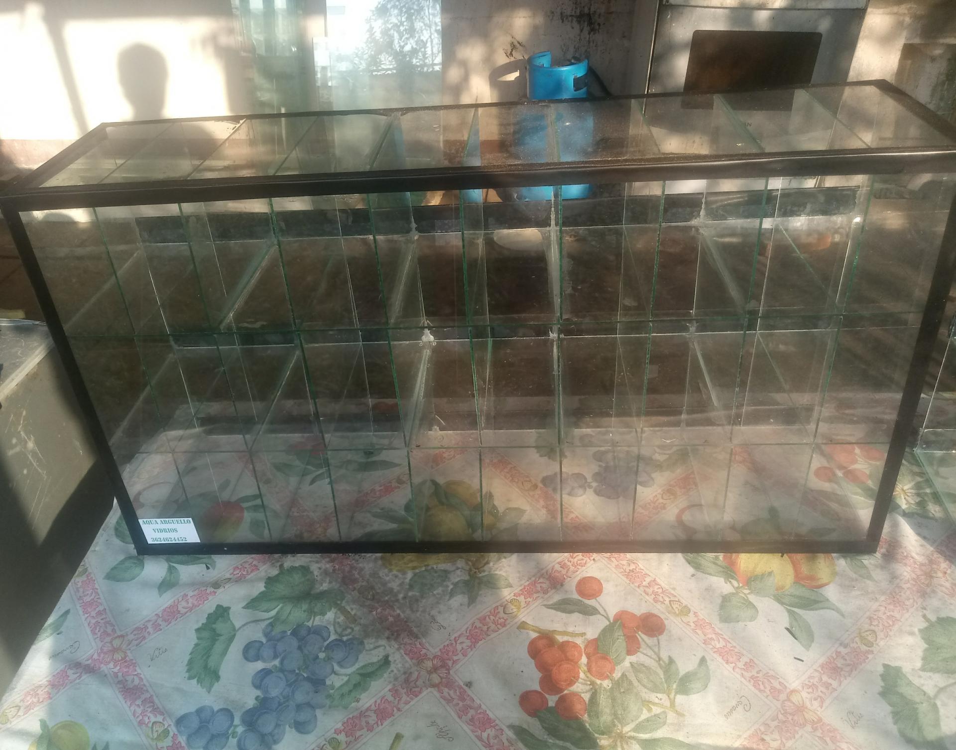 Caramelera con CIGARRERA CON 30 ESPACIOS, HORIZONTAL O VERTICAL de 75 x 40 x 20 cm a 2.800$